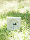 Orologio semplice bianco sull'iarda del prato inglese, 3:10 tre dieci Immagine Stock Libera da Diritti