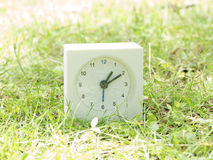 Orologio semplice bianco sull'iarda del prato inglese, 1:10 un dieci Fotografia Stock