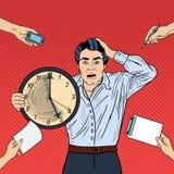 Orologio sollecitato di Art Business Man Holding Big di schiocco al multi termine del lavoro d'ufficio di incarico Immagine Stock