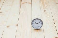Orologio su fondo di legno Immagine Stock