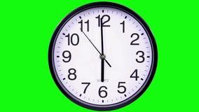 Orologio su un 18:00 del fondo di verde stock footage