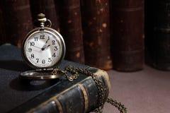 Orologio sul libro Fotografie Stock Libere da Diritti