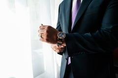 Orologio sul polso di un uomo fotografie stock