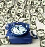 Orologio sul telefono e sui soldi Immagine Stock
