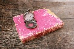 Orologio sul vecchio libro Fotografia Stock Libera da Diritti