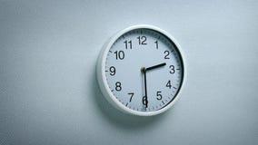 2 orologio 30 sulla parete stock footage