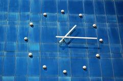 Orologio sulla parete dell'edificio per uffici Immagini Stock
