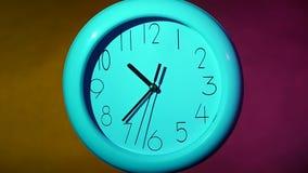 Orologio sulla parete di legno della plancia di colore Movimento lento archivi video