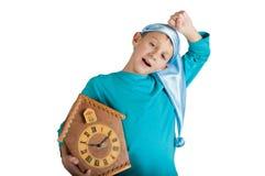 Orologio sveglio della tenuta del ragazzo isolato su bianco Fotografia Stock