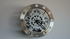 Orologio trasparente sulla parete fatta della ruota video d archivio