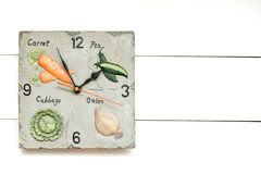 Orologio vegetariano per la dieta di verdure, tempo di avere breackfast, fondo dell'orologio, concetto dell'orologio fotografia stock