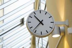 Orologio verticale d'attaccatura pubblico classico in bianco e nero dell'orologio con il tetto di vetro e della lampada nei prece immagini stock