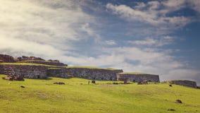 Orongo村庄废墟的石房子Rano Kau火山的, 免版税库存照片