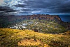 Orongo, остров пасхи - 11-ое июля 2017: Кратер вулкана Ranu Kao, стоковые фотографии rf