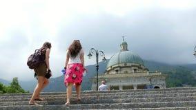 OROPA,比耶拉,意大利- 2018年7月7日:两名妇女走在楼上到Oropa寺庙,圣所, Sacro monte della贝亚塔 影视素材