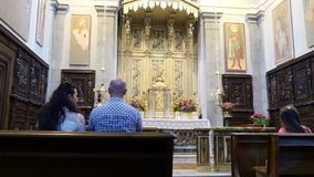 OROPA,比耶拉,意大利- 2018年7月7日:人们坐长凳,在法坛,在天主教会里 Oropa寺庙  股票录像