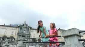 OROPA,比耶拉,意大利- 2018年7月7日:Oropa寺庙,圣所, Sacro monte della贝亚塔Vergine 两个女孩孩子步行 股票视频