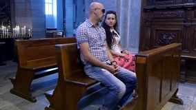 OROPA, BIELLA, ΙΤΑΛΊΑ - 7 ΙΟΥΛΊΟΥ 2018: οι άνθρωποι, τα παιδιά και οι ενήλικοι κάθονται τους πάγκους σε μια καθολική παλαιά εκκλη απόθεμα βίντεο