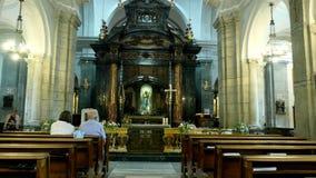 OROPA, BIELLA, ITÁLIA - 7 DE JULHO DE 2018: os povos sentam-se nos bancos, no altar, na igreja Católica Santuário de Oropa filme