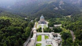 OROPA, BIELLA, ITÁLIA - 7 DE JULHO DE 2018: vista aero do santuário bonito de Oropa, fachada com a abóbada do santuário de Oropa video estoque