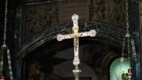 OROPA, BIELLA, ITALIA - 7 DE JULIO DE 2018: ciérrese para arriba, cruz de oro con la crucifixión de Cristo en el altar en el cató metrajes
