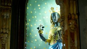OROPA, BIELLA, ITALIEN - 7. JULI 2018: schließen Sie oben, Statue der Mutter des Gottes auf dem Altar in der katholischen Kirche  stock video footage