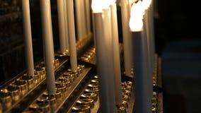 OROPA, BIELLA, ITALIEN - 7. JULI 2018: schließen Sie oben, viele brennende elektrische Kerzen am Altar in der katholischen Kirche stock video