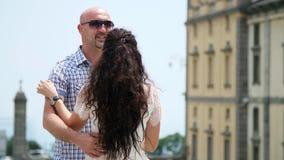OROPA, BIELLA WŁOCHY, LIPIEC, - 7, 2018: piękny pary małżeńskiej kobiety i mężczyzna przytulenie Świątynia Oropa, sanktuarium, Sa zbiory wideo