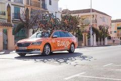 OROPESA DEL MAR, SPAGNA - 31 GENNAIO 2018: Sostenga le automobili sulla corsa della bici in La Vuelta il 31 gennaio 2018 a Oropes fotografia stock libera da diritti
