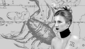 Oroscopo, segno dello zodiaco di scorpione Bello scorpione della donna sulla mappa dello zodiaco fotografia stock libera da diritti