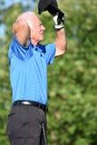 Oroväckande hög idrotts- man med Golf Club royaltyfria bilder