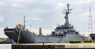 ORP Gniezno, atterrissage polonais et mine se transportent dans le port maritime militaire dans Swinoujscie en Pologne Images libres de droits