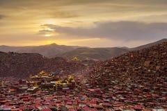 Orphie de Larung (académie bouddhiste) dans le coucher du soleil, Sichuan, Chine Image libre de droits
