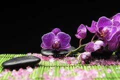 Orquídea con el ston del zen Foto de archivo