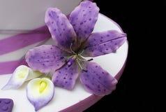 Orquídea de Tigerlily en púrpura con los lillies de la cala en un pastel de bodas fotografía de archivo libre de regalías
