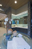 Orquídea en la tabla en cuarto de baño Foto de archivo