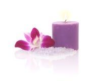 Orquídea, vela y sal de baño Foto de archivo libre de regalías