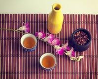 Orquídea y composición púrpuras de la vida todavía del té negro Fotos de archivo
