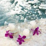 Orquídeas e velas pela associação. Imagens de Stock Royalty Free