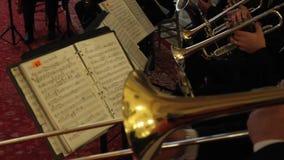 Orquesta de jugar de las trompetas almacen de video