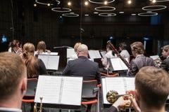 Orquesta de la tentativa en casa de la cultura Instrumentos y gente que soplan Foto 2019 del viaje imagen de archivo