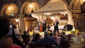 Orquesta en el restaurante en el cuadrado de San Marco almacen de metraje de vídeo