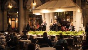 Orquesta en el restaurante en el cuadrado de San Marco almacen de video