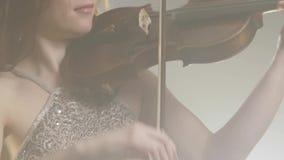 Orquesta, músico que juega en violín-arco en filarmónico metrajes