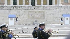 Orquesta que marcha delante de los soldados de Evzones en Atenas almacen de metraje de vídeo