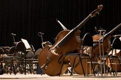 Orquesta sinfónica de los instrumentos en el escenario Foto de archivo