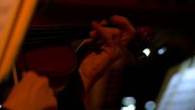 Orquesta sinfónica durante funcionamiento Juego de los violinistas del primer en un concierto almacen de video