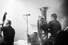 Orquesta sinfónica en la etapa, la tuba y los bajistas dobles Imágenes de archivo libres de regalías