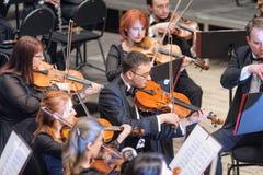 Orquesta sinfónica en etapa Juegos del grupo del violín Imágenes de archivo libres de regalías