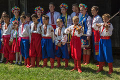 Orquestra com os ucranianos novos no traje popular tradicional Fotos de Stock Royalty Free